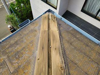 柏市大井で台風15号の影響により棟板金が飛散し貫板や防水紙が露出