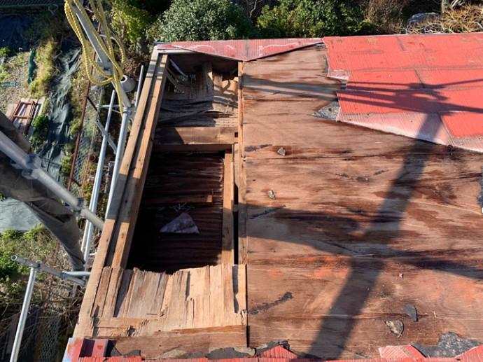 台風により壊れた屋根