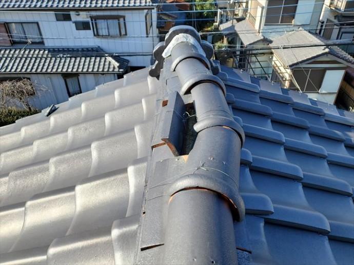大棟が台風の影響により崩れています