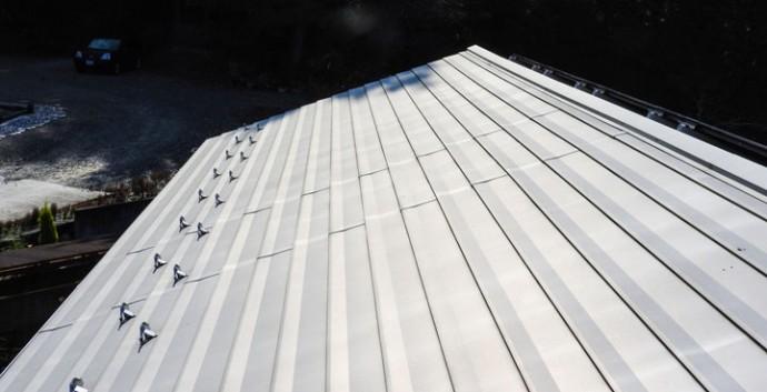 雪止めの設置された屋根