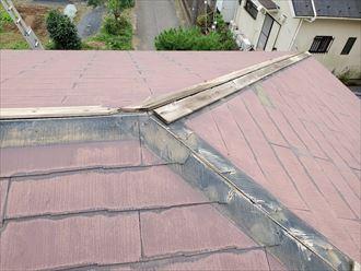 台風15号の強風の影響により棟板金や下地材の貫板が飛散