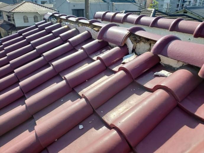 松戸市栄町西で行った瓦屋根の調査で棟瓦のずれにより葺き土が露出