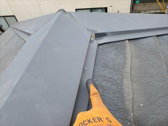 野田市岡田で行った屋根調査で棟板金の釘浮きを発見