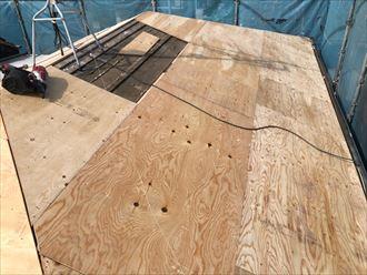 屋根葺き替え工事の野地板張りの様子