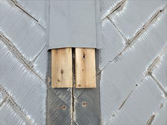 台風15号の強風の影響により棟板金が飛散し防水紙が露出しています