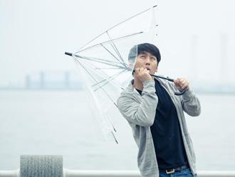強風を受ける男性