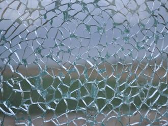 割れたガラスを保持するフィルム