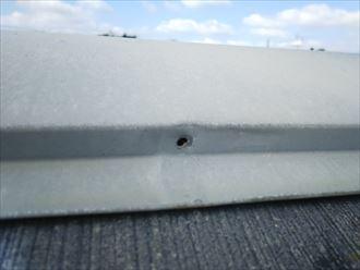 流山市美田で行った化粧スレート屋根調査で棟板金の釘が抜けてしまい雨水の浸入の危険性がある棟板金