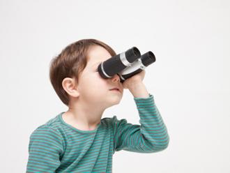 双眼鏡で遠くを見る