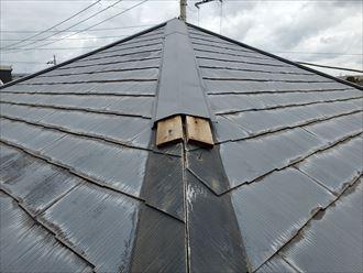 台風15号の強風の影響により棟板金と貫板が剥がれています