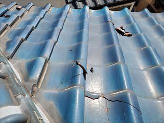 台風の影響により桟瓦が割れています