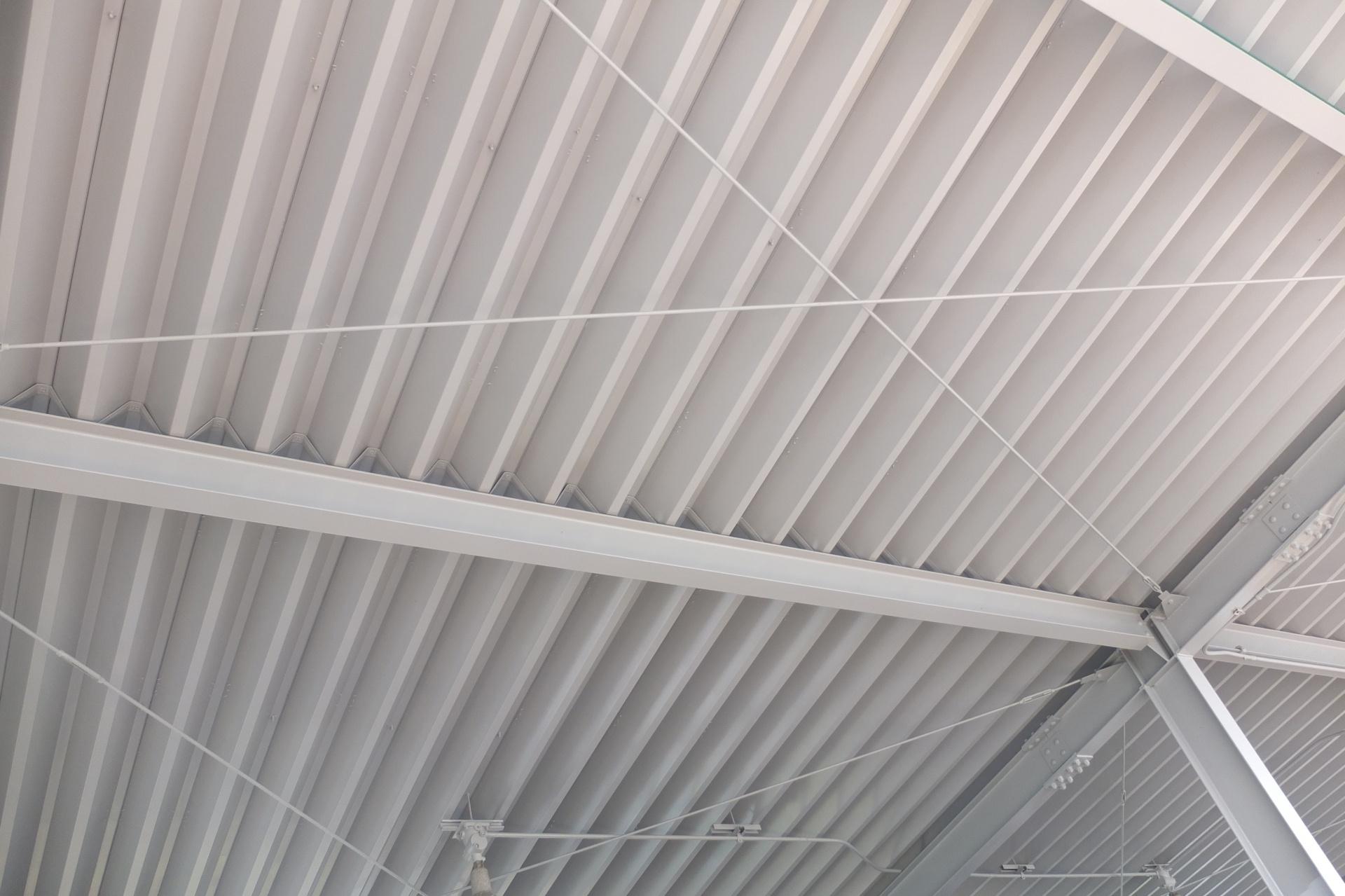 千葉県で工場や倉庫によく使われる折板屋根のメリット・デメリット