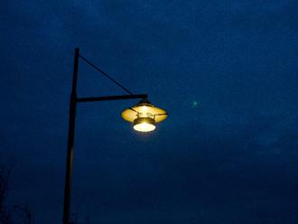 虫を寄せ付ける街灯