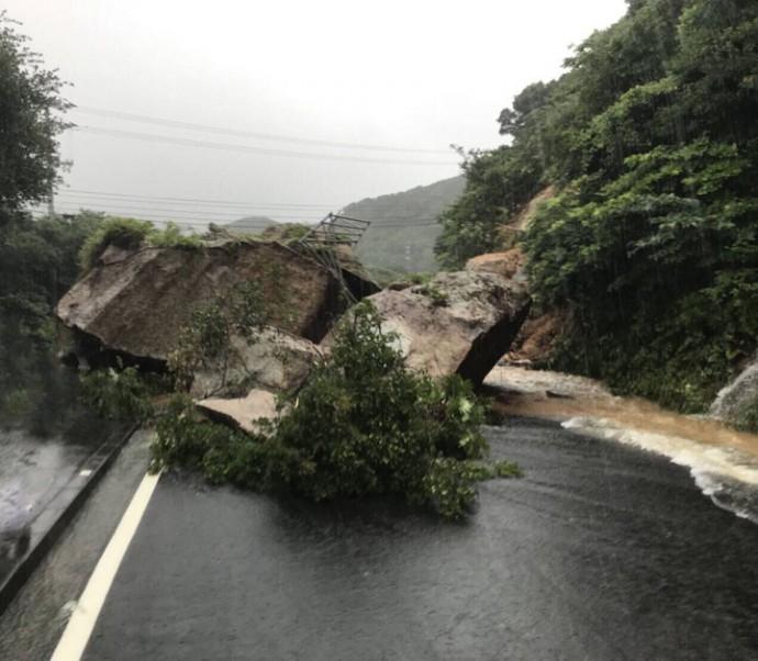 豪雨による土砂崩れ