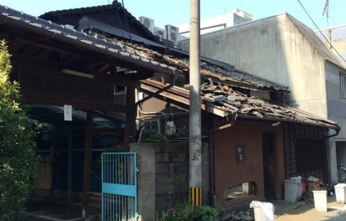 地震で倒壊した瓦屋根