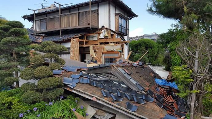 熊本地震で崩壊した瓦屋根