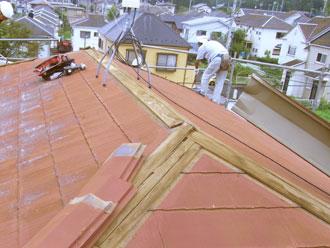 屋根に設置されていた板金とそれを固定していた貫板(芯木)を撤去します。