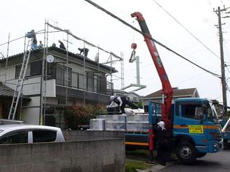 瓦の撤去と新しい屋根材を屋根に上げるのに、今回はクレーンを使用しました。クレーンを上げるときは周りの電線などにも注意が必要なので、事前に何度も打合せをします