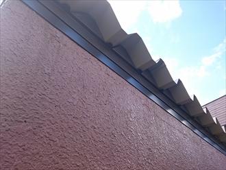 軒先から見た折板屋根と面戸