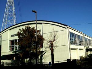 かまぼこ屋根の体育館