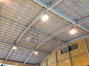 体育館のかまぼこ屋根