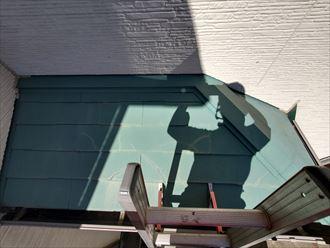 流山市平和台で行ったスレート屋根の調査で下屋根のスレートのひび割れを発見