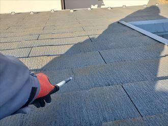 大屋根にスレートのひび割れを発見