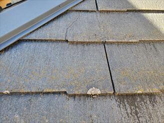 下屋根のスレートにひび割れ