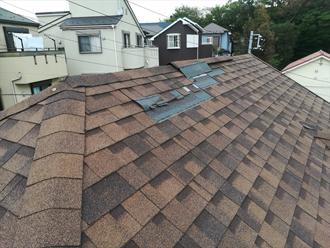 棟の近くが剥がれてしまったアスファルトシングルの屋根