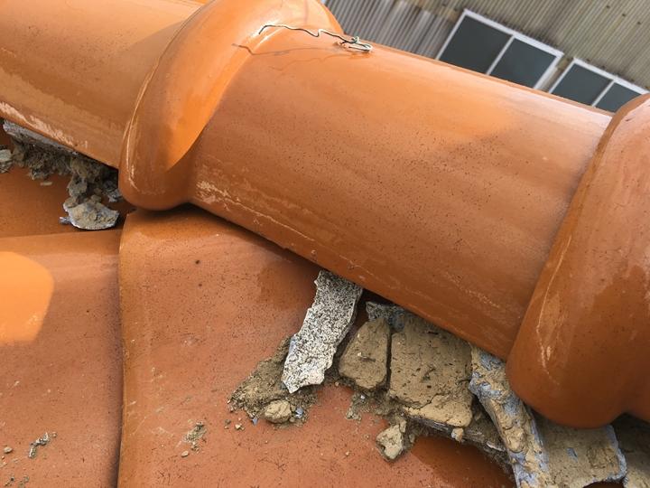 棟瓦の調査、漆喰が経年劣化