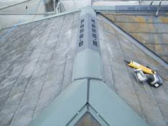 換気棟を取り付けたスレート屋根