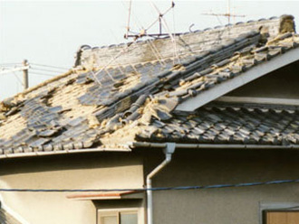地震で瓦がずれてしまった