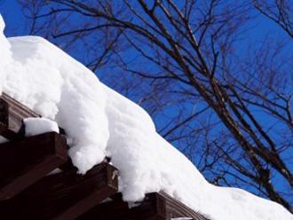 雪で雨樋に重さがかかっている