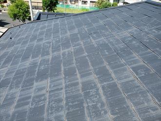 塗膜が剥がれて色褪せたスレート屋根は防水性が低下しています