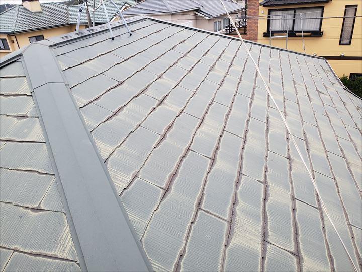 経年の劣化により塗装が剥がれて屋根が色褪せています