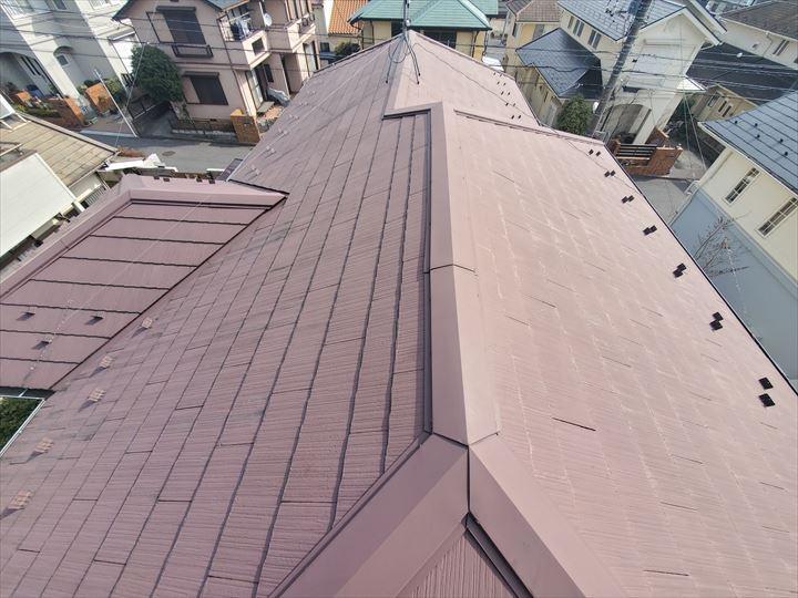 スレート屋根の調査で塗膜の剥がれにより屋根が色褪せています
