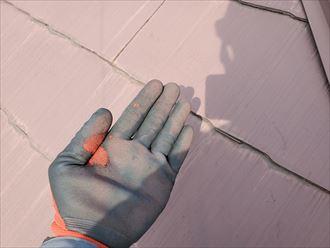屋根塗装の塗膜が剥がれています