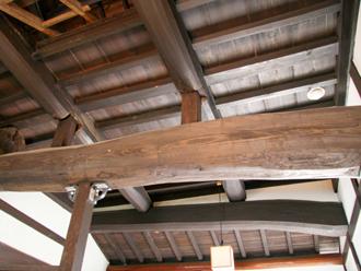 日本家屋の太い梁