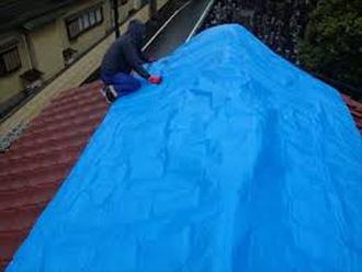 ブルーシートで養生された瓦屋根