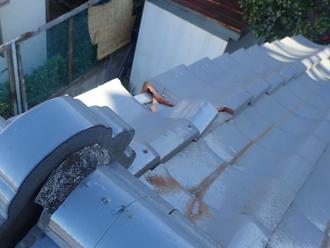 下屋根にある瓦の割れ