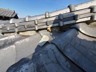 漆喰が剥がれて葺き土が露出すると雨漏りや棟の崩れに繋がります