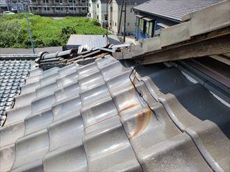 台風の影響で隅棟が崩れてしまいました