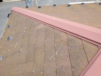 防水性の低下により苔・藻・カビが発生したスレート屋根