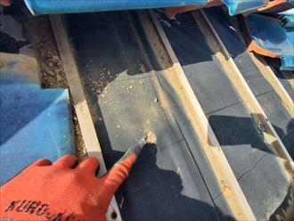 瓦屋根が捲れた影響で防水紙が切れてしまいました