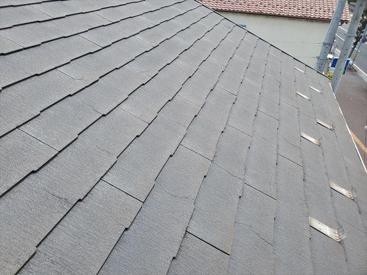 スレート屋根全体にひび割れが発生