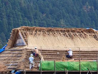 茅葺き屋根をメンテナンス中