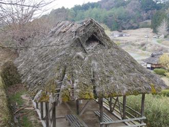 古くなった茅葺き屋根