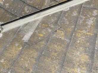 スレート屋根の大きなヒビ割れ
