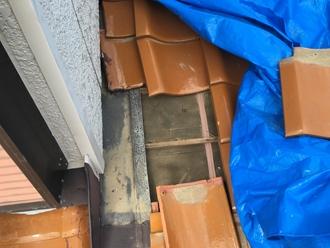 雨漏り箇所の調査、瓦を捲り防水紙の確認