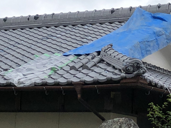 台風で屋根が被災してしまった場合ブルーシートを被せましょう
